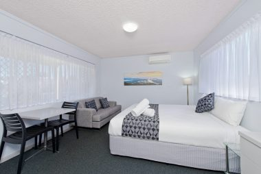 king room with complete amenities